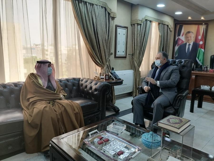 وزير العمل والدولة لشؤون الاستثمار يستقبل السفير الكويتي