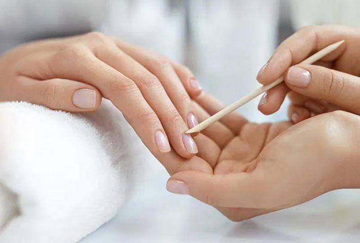 معجون الأسنان وخلطات لتقوية أظافرك في الشتاء