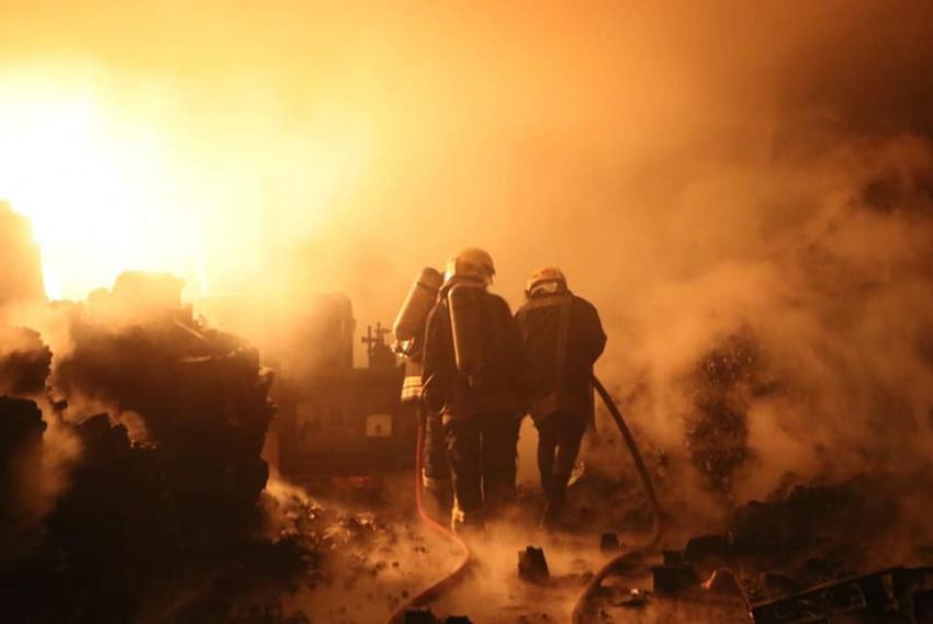 حريق منجرة ومستودع فحم في سحاب
