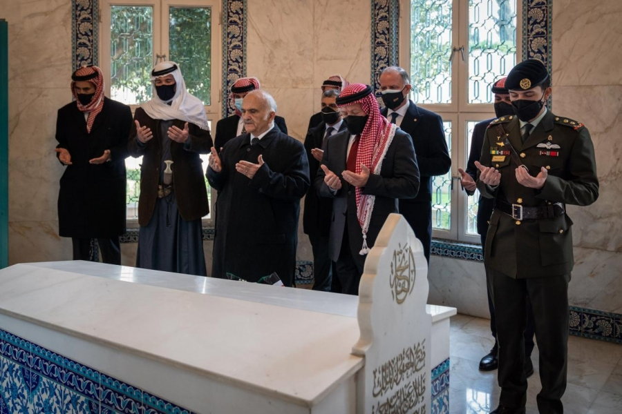 الديوان الملكي ينشر فيديو لجلالة الملك عبدالله الثاني يظهر إلى جانبه الأمير حمزة احتفالا بمئوية الأردن