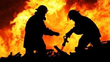 إخماد حريق في عدد من محلات الألبسة المستعملة بالزرقاء