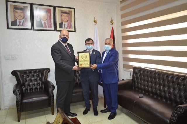 عمان الاهلية تتسلم شهادات ضمان الجودة لكليات  الحقوق والصيدلة وتقنية المعلومات والأعمال