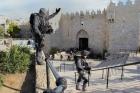 الاحتلال يغلق باب العامود وأحياء بالقدس الأحد