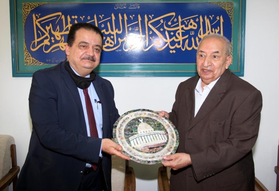 جامعة آل البيت تكرم رئيس مجلس أمنائها بمناسبة انعام جلالة الملك عليه بوسام مئوية الدولة الأردنية.