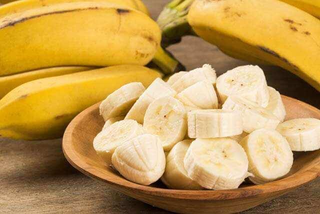 لنتائج مبهرة.. طبقي قناع الموز لتمليس الشعر