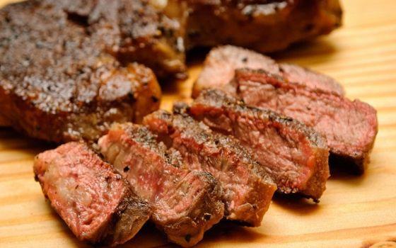 مخاطر تناول اللحوم على معدة فارغة