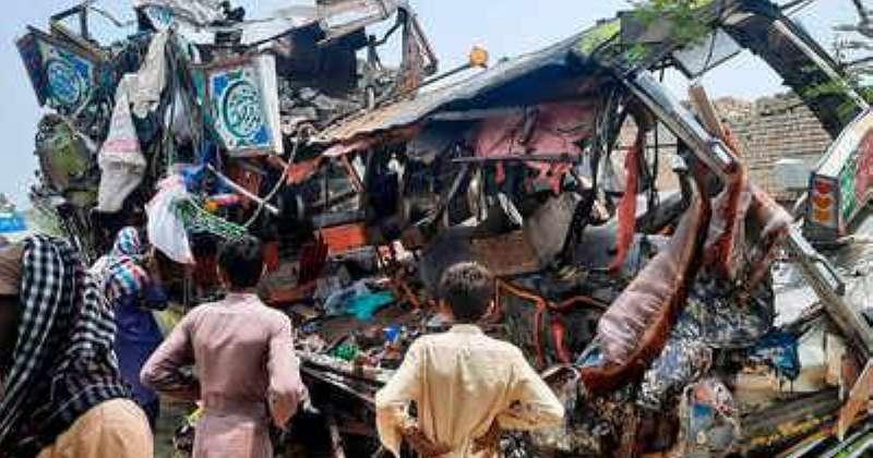 باكستان مقتل 30 شخصًا في تصادم حافلة