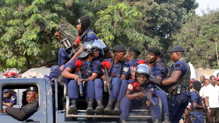 الكونغو.. شرطي يقتل طالبا لعدم ارتدائه كمامة