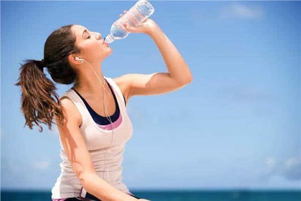 أخطاء كارثية ترتكبونها عند شرب الماء.. بعضها سيصدمك