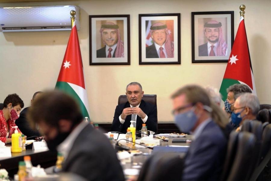 وزير التخطيط يُطلع سفراء الدول المانحة وممثلي المنظمات الدولية على برنامج الحكومة الاقتصادي