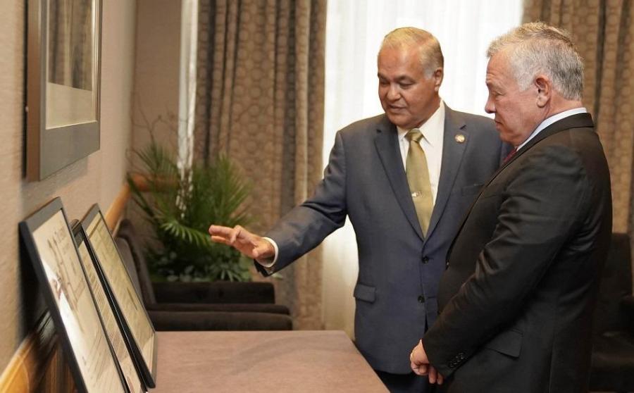 الملك يلتقي عضو مجلس ولاية نيويورك الأردني نادر الصايغ