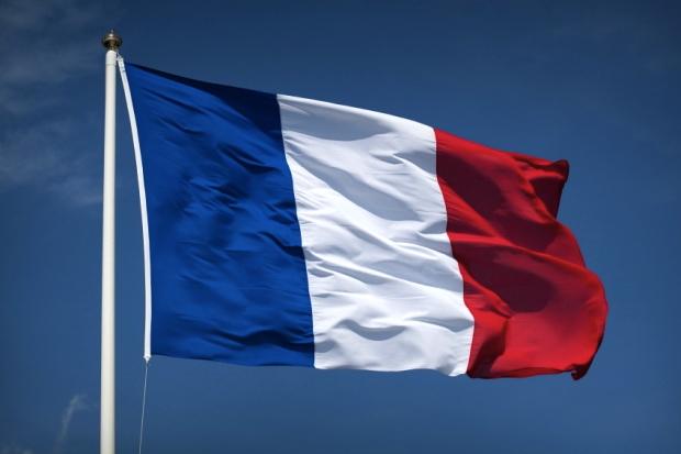 فرنسا تلزم العاملين بقطاع الصحة التطعيم ضد كورونا