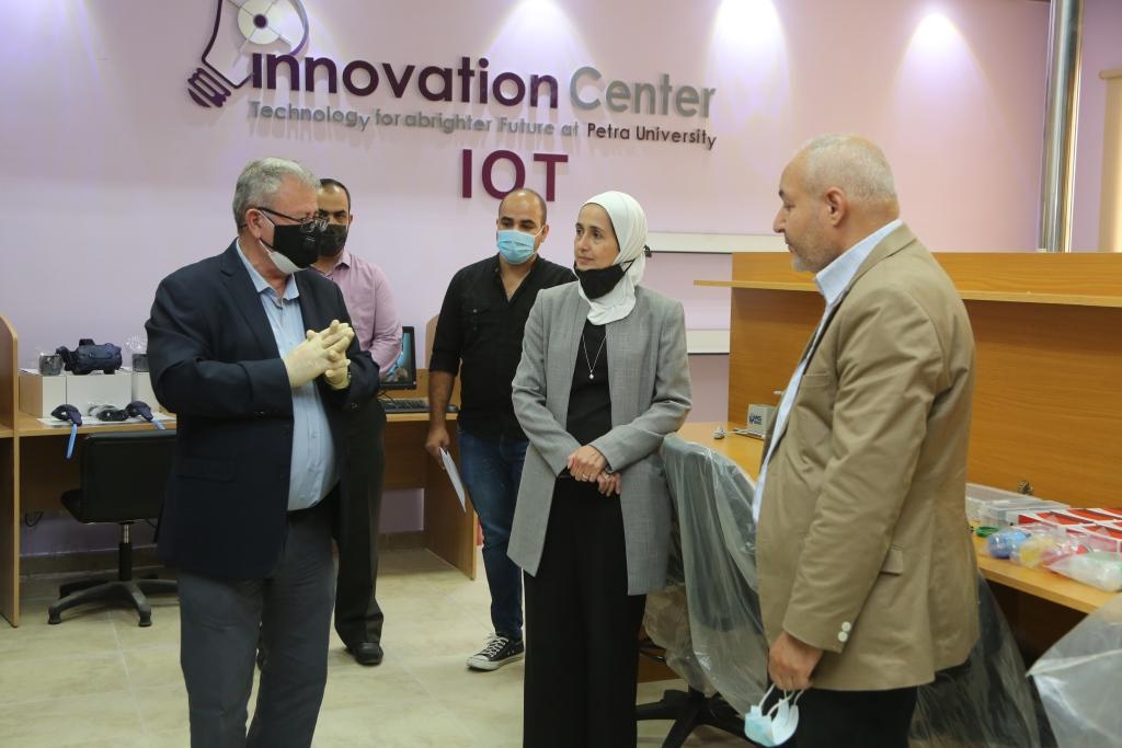 المولا يفتتح مختبر تطبيقات إنترنت الأشياء جامعة البترا