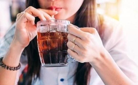 هذه مخاطر المشروبات الغازية على صحة أطفالكم