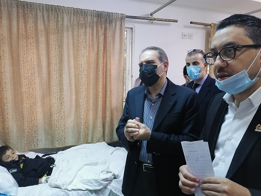 وزير الصحة يطمئن على حالة أطفال مشتبه بتسسمهم في جرش